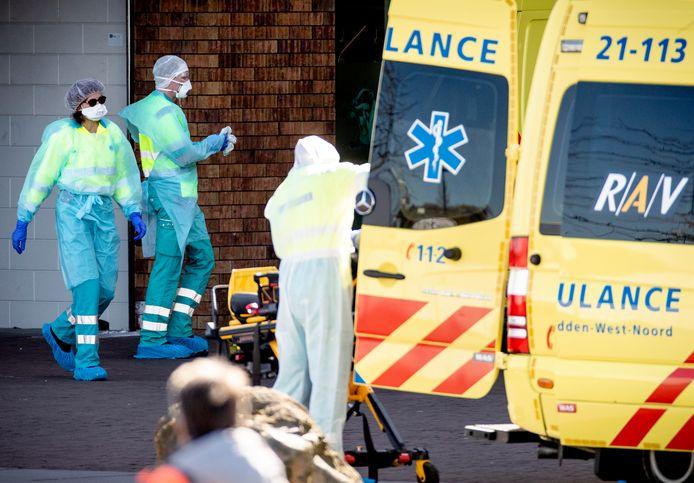 Een ambulance wordt gereinigd na het vervoeren van een patiënt naar het ziekenhuis.