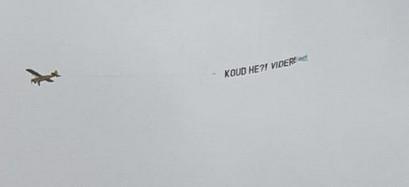 Het vliegtuigje dat boven het Museumplein cirkelde met de tekst 'Koud he?! Videre'.