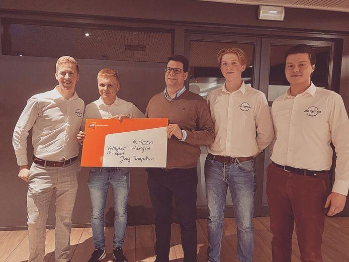 Stijn Deleu, Thomas Defrenne, Yves Chanterie, Dries Dewolf en Nicolas Defrenne, tijdens de overhandiging van de cheque aan G-volleybal Waregem.