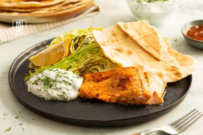 Harissa-zalm met kool, yoghurtsaus en platbrood