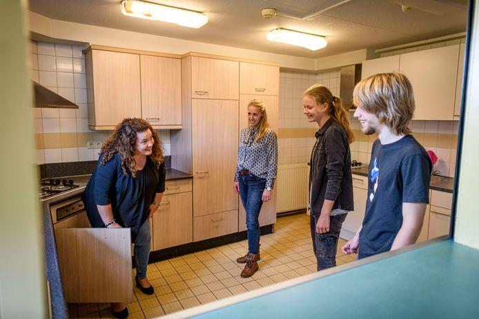 Daniëlle Steenhuis (links) en Nicole Koekkoek laten één van de twee gezamenlijke keukens zien aan Thijs Niesten en Madelon Gorte.