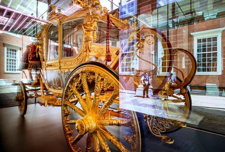 De Gouden Koets zoals die in de glazen vitrine op de binnenplaats van het Amsterdam Museum tentoongesteld is.  Beeld Raymond Rutting / de Volkskrant