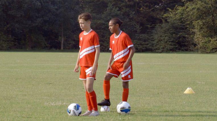 Finn (links) en Seth in Voetbaldroom. Beeld BNNVara