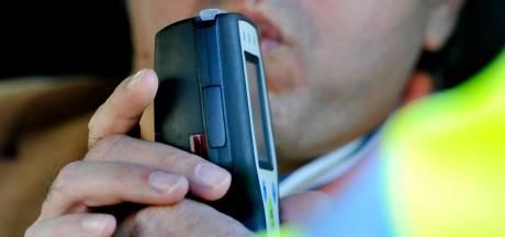 Beschonken snorfietser slingert over rijbaan in Tiel: 'Tien keer toegestane hoeveelheid'