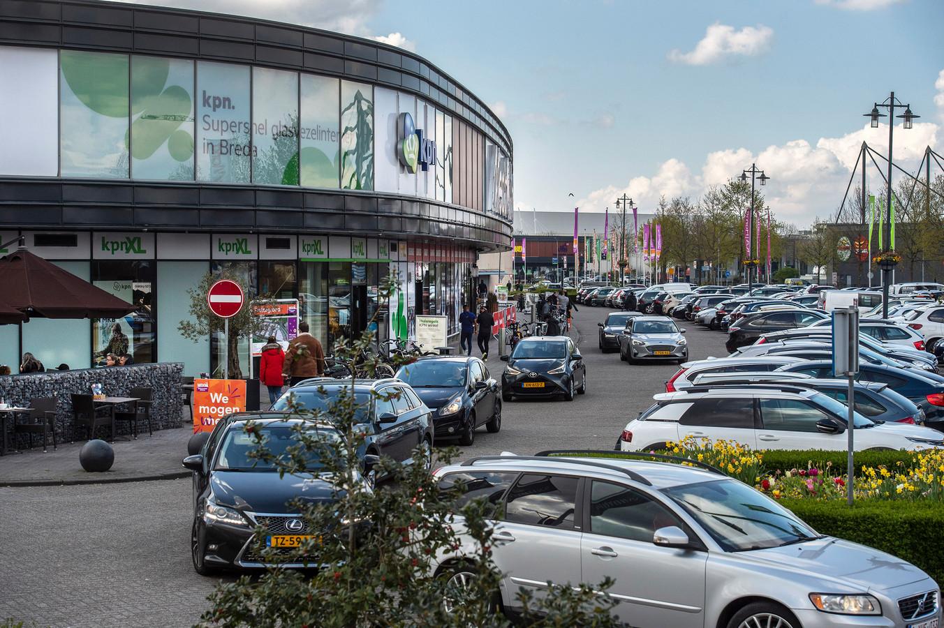 De regels voor winkelbezoek zijn versoepeld en klanten hoeven niet meer van te voren te reserveren. Hoe verloopt het eerste weekend op de meubelboulevard? Zoeken naar een plek en eindelijk weer volle parkeerplaatsen op de woonboulevard.