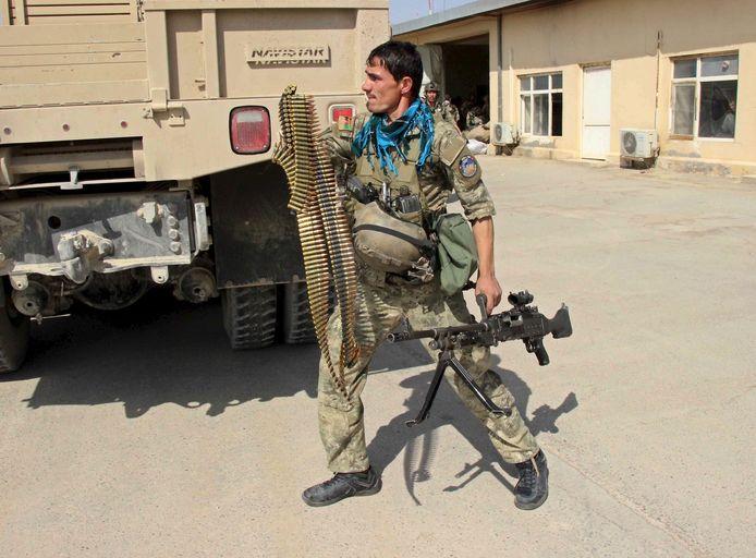 Een lid van de Afghaanse speciale troepen tijdens gevechten met de taliban in de stad Kunduz in het noorden van Afghanistan, eind september 2015.