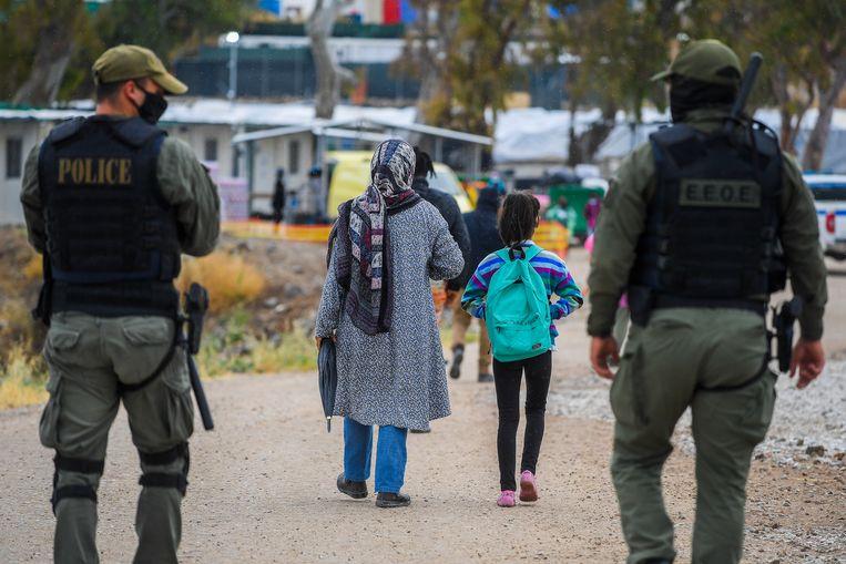 Vluchtelingen in het Griekse vluchtelingenkamp Mavrovouni op Lesbos. Beeld BELGA
