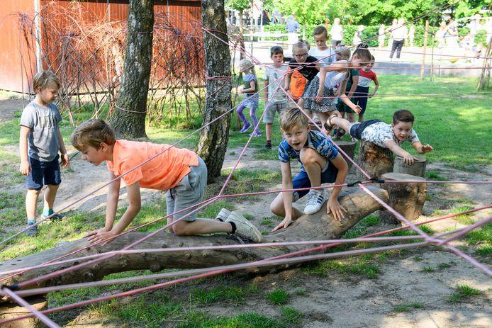 Leerlingen namen woensdag bezit van het groene schoolplein van basisschool Heeckeren in Goor nadat het was geopend.