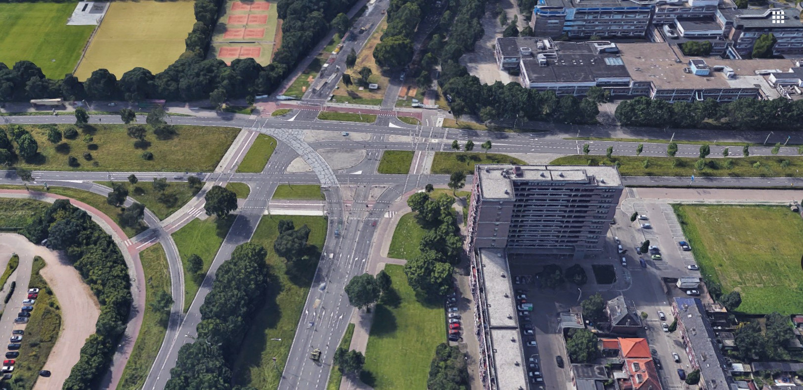 De kruising Kennedylaan-Ring in Eindhoven wordt nu 'bekeken' door vijf slimme camera's. Rechts de Onze-Lieve-Vrouwestraat, links de Insulindelaan.