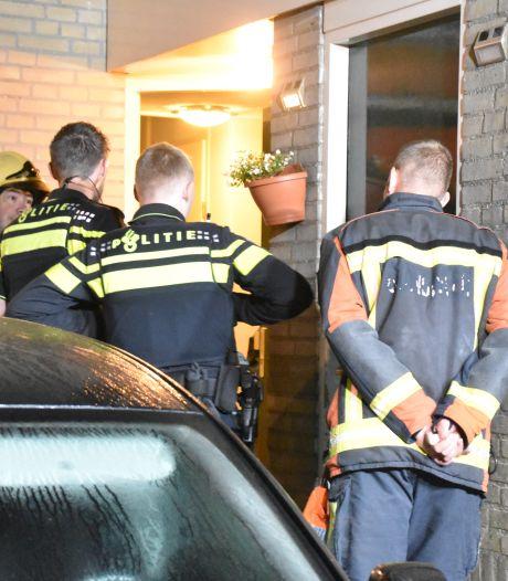 Bewoners worden wakker van sissend geluid: voordeur staat in brand