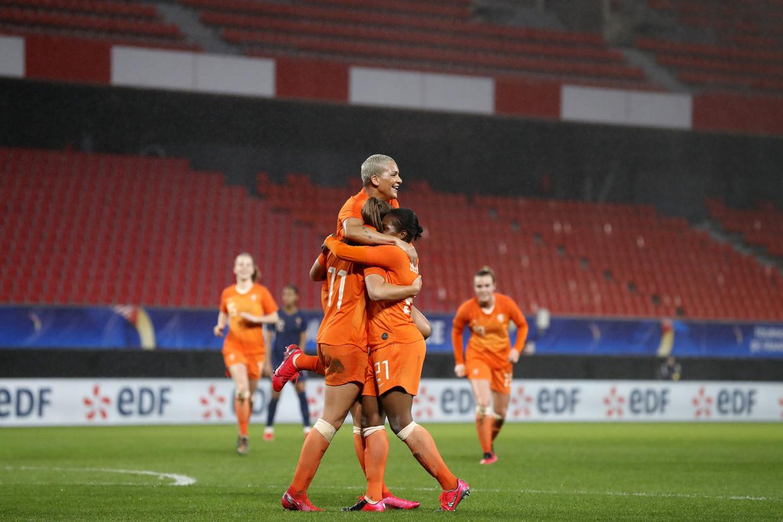 Spelers van Frankrijk en Nederland (vrouwen) begroetten elkaar dinsdag in Valenciennes volgens het protocol zonder handen te schudden, maar bij een doelpunt vielen ze vol overtuiging in elkaars armen. Beeld ANP Sport