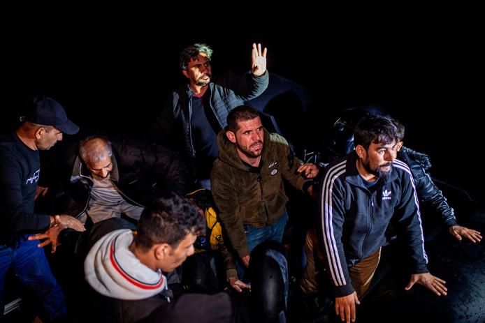 Deze mensen werden vannacht gered uit zee vlakbij Samos.