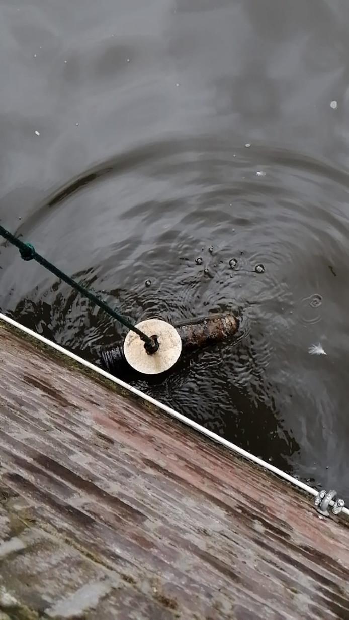 Het mogelijke explosief, gevonden in het water op de kruising van de Oudezijds Voorburgwal en de Oude Doelenstraat.