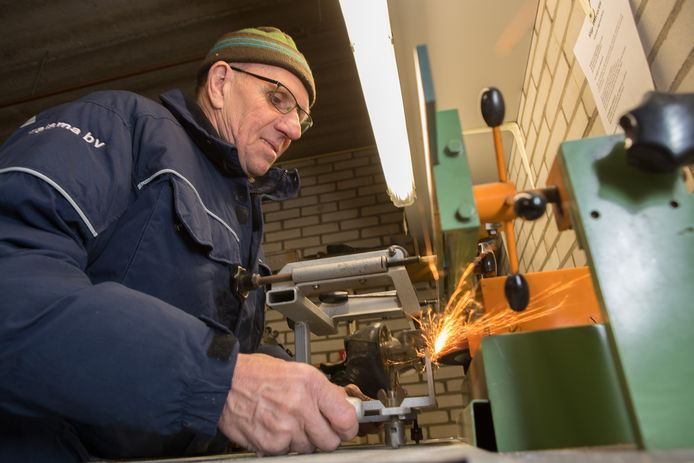 Henk Harleman, die op de foto schaatsen slijpt, is enorm blij met de opbrengst van de inzamelingsactie.