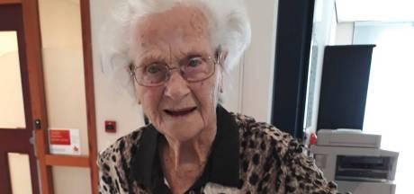 Tonny van 102 'te gezond' voor coronaprik; huisarts laat hoogbejaarde in verwarring achter