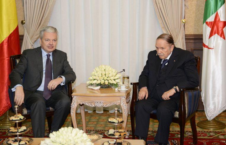 De Belgische vice-premier en minister van Buitenlandse Zaken Didier Reynders en de Algerijnse president Abd al-Aziz Bouteflika. Reynders heeft bij zijn bezoek aan Algerije geopperd dat Belgische imams in Marokko en Algerije opgeleid zouden kunnen worden.  Beeld BELGA