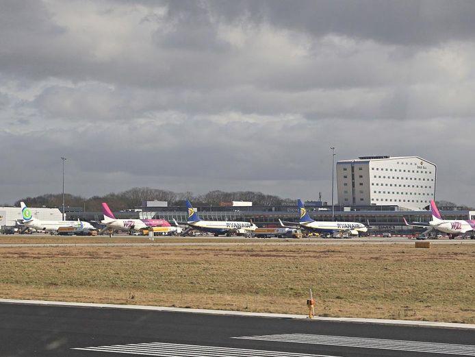 Het platform van Eindhoven Airport, gezien vanaf de start- en landingsbaan (archieffoto).