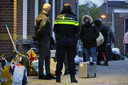 Onder begeleiding van de politie maakten de arbeidsmigranten zich op voor de verhuizing.