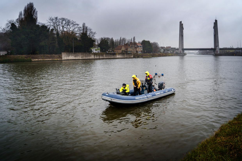 Een rubberbootje zoekt met een sonar in het kanaal in Vilvoorde naar sporen van de vermiste Frederik Vanclooster.