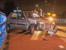 Opnieuw raak op beruchte weg in Woerden: auto botst tegen brug na regenbui