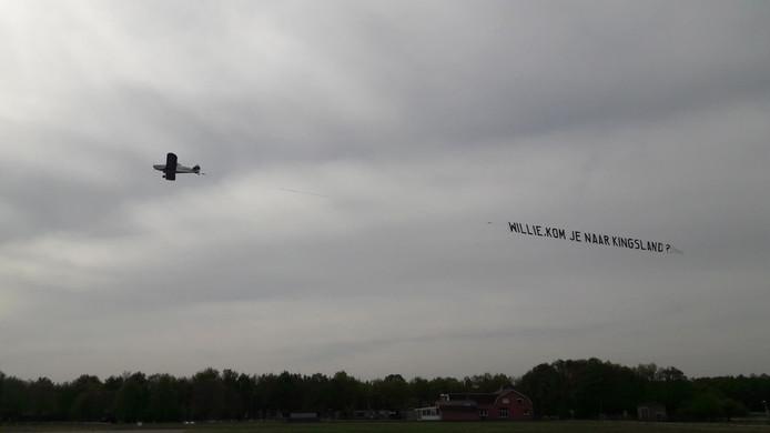 Reclamevliegtuigje met de uitnodiging 'Willie kom je naar Kingsland?'