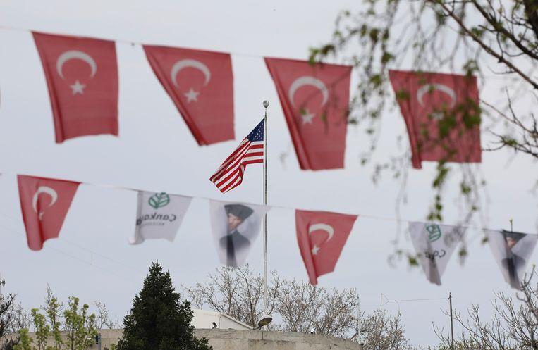 Turkse vlaggen wapperende tegenover de Amerikaanse ambassade in Ankara.  Beeld AP