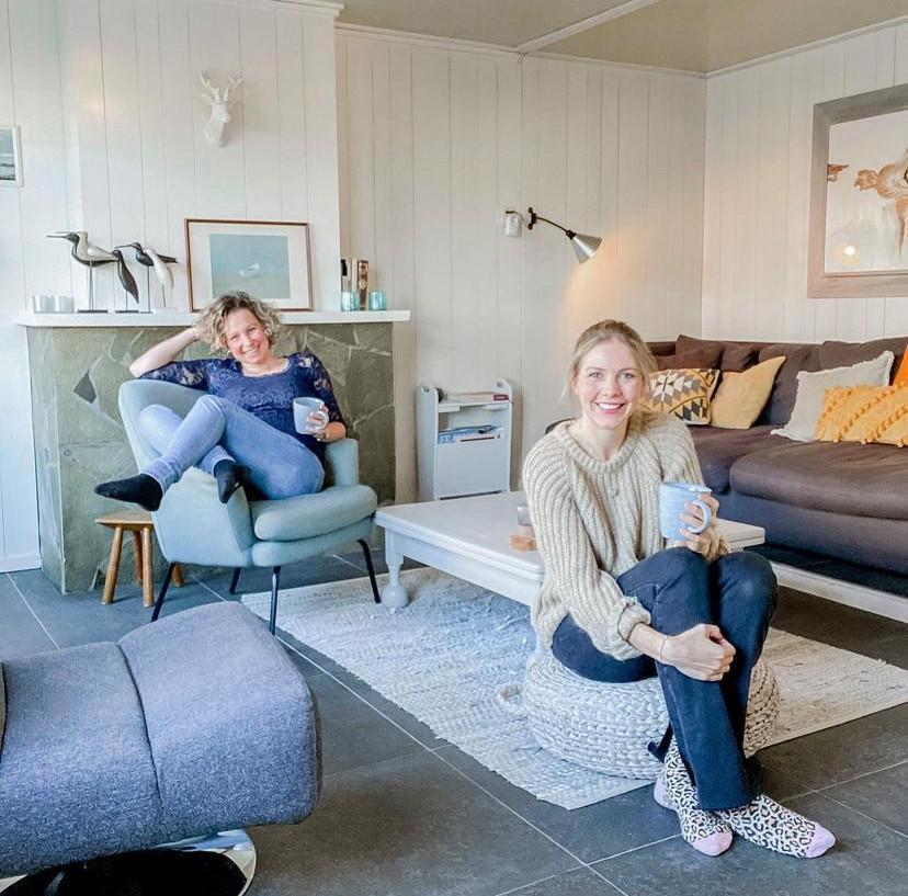 Anki Willemsen (33, rechts) met een vriendin in Zeeland.