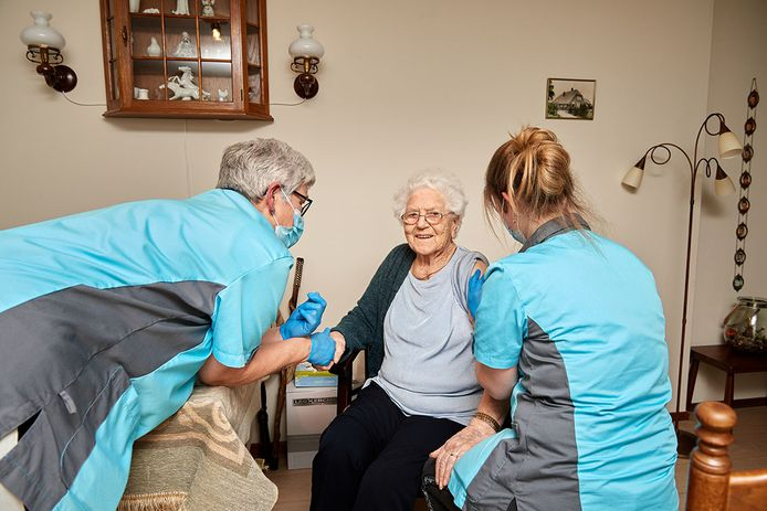 Mevrouw Dijkstra is de eerste bewoonster van een verpleeghuis in Twente die het coronavaccin toegediend krijgt.
