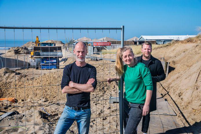 De strandpaviljoens bij het Zwarte Pad in Scheveningen zijn zeer slecht bereikbaar vanwege werkzaamheden, die nu al heel lang duren. Eigenaresse Bieke Oosterheert van strandpaviljoen Manta maakt zich zorgen, net als haar bedrijfsmanager Greg Dijk (links) en raadslid Ralf Sluijs.
