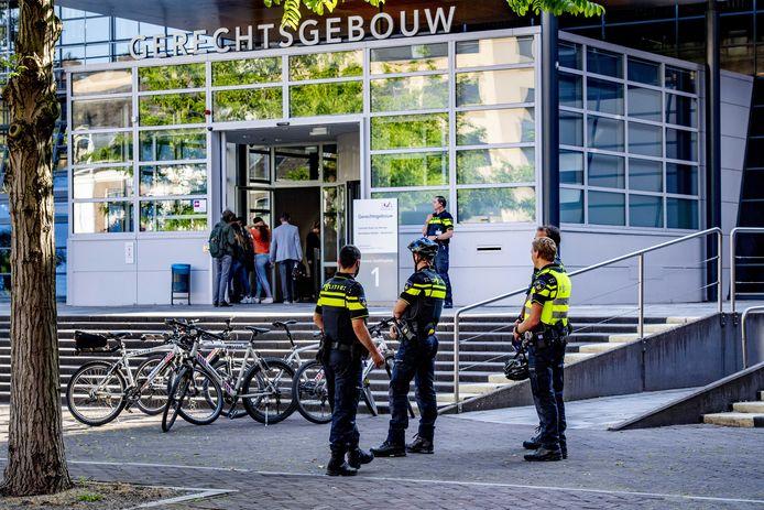 Bezoekers melden zich bij de rechtbank in Utrecht voor de zitting tegen de tramschutter.