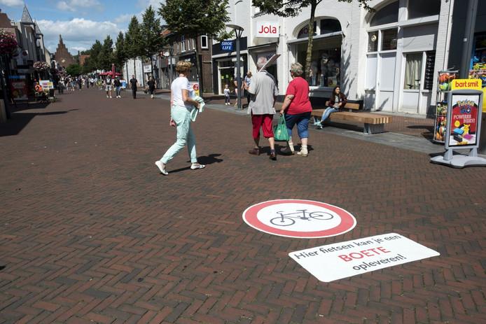 De grote stickers waarmee fietsers en bromfietsers worden gewezen op de boetes die ze kunnen krijgen.