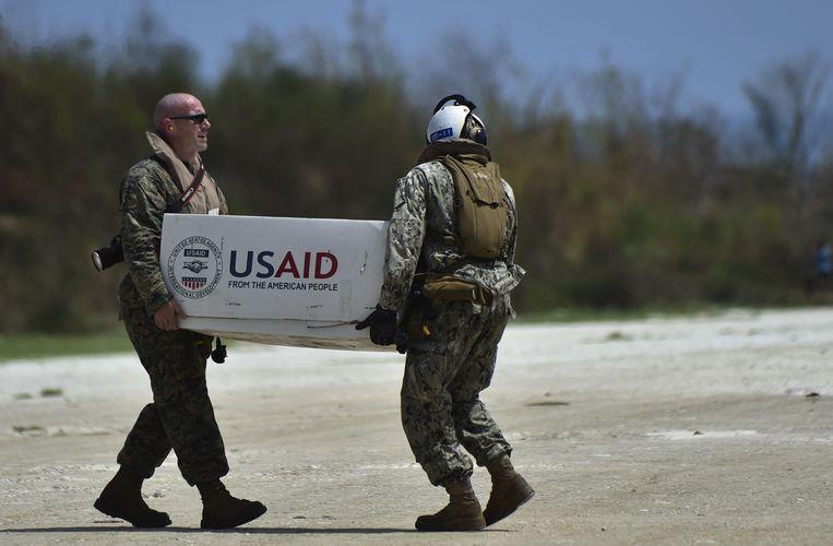 Een Amerikaanse helikopter laadt hulpgoederen uit in Haïti.