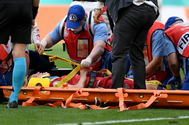 Mário Fernandes gaat per brancard van het veld.