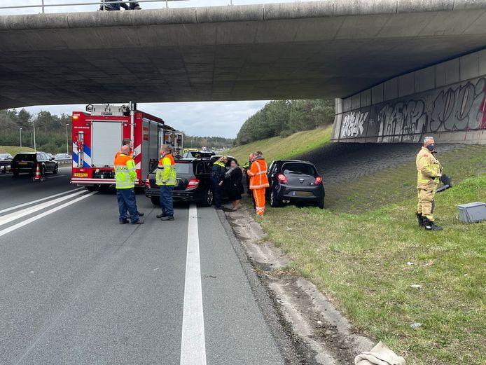 Auto belandt op metershoog talud naast A50 bij Eindhoven.