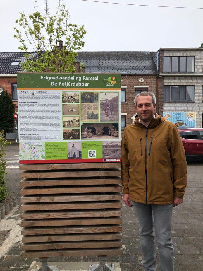 Schepen van Erfgoed Pieter-Jan Parrein bij het bord in Ramsel.