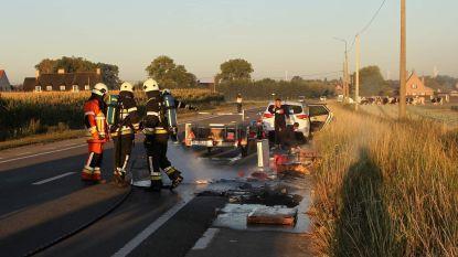 Spullen in aanhangwagen vatten vuur op weg naar rommelmarkt