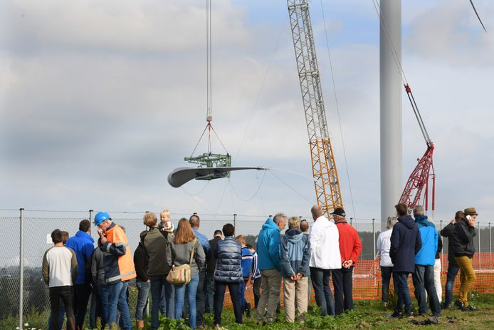 Veel belangstelling zaterdag bij het bevestigen van de wieken aan de windmolen bij Windpark Avri.