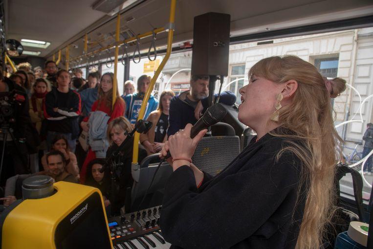 Tristan treedt op in een bus.