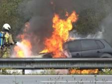 Auto vliegt in brand op A28 tussen Meppel en Zwolle