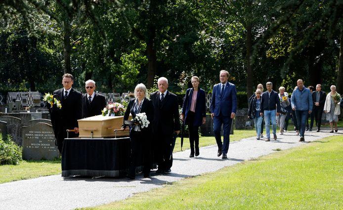 De vermoorde vrouw die gevonden werd in Westdorpe wordt naar haar laatste rustplaats in Terneuzen gebracht. Oud-burgemeester Jan Lonink loopt mee in de stoet.
