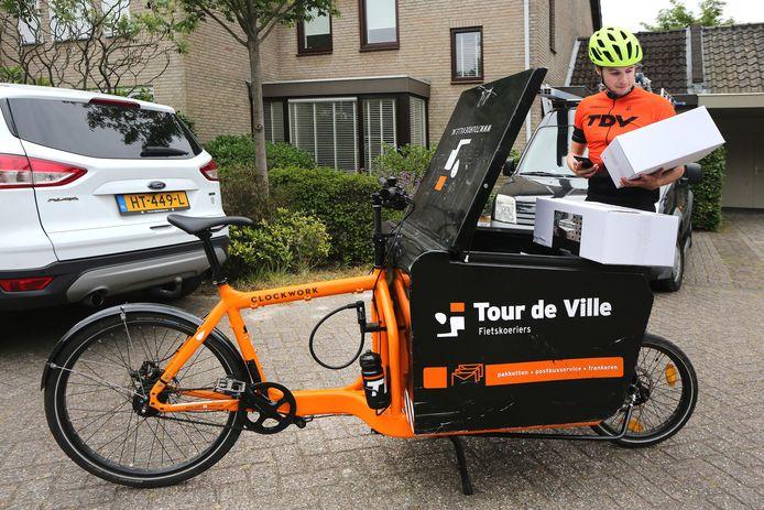 Davy Saarloos bezorgt namens Tour de Ville  spullen voor aannemers en bouwbedrijven.