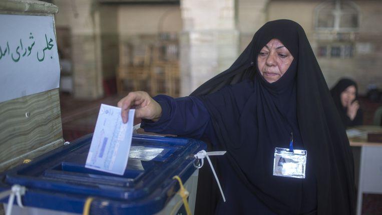 Een Iraanse vrouw brengt haar stem uit Beeld null