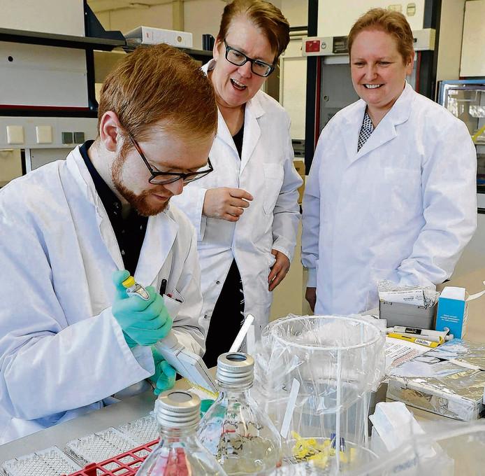 Anja Garritsen (midden) leidt Juliette van den Dolder (rechts) rond in haar laboratorium op Pivot Park.