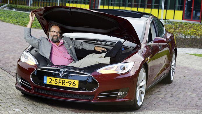 Volgens hoogleraar autotechniek Maarten Steinbuch houden klassieke fabrikanten de omschakeling naar elektrisch liever nog even af.