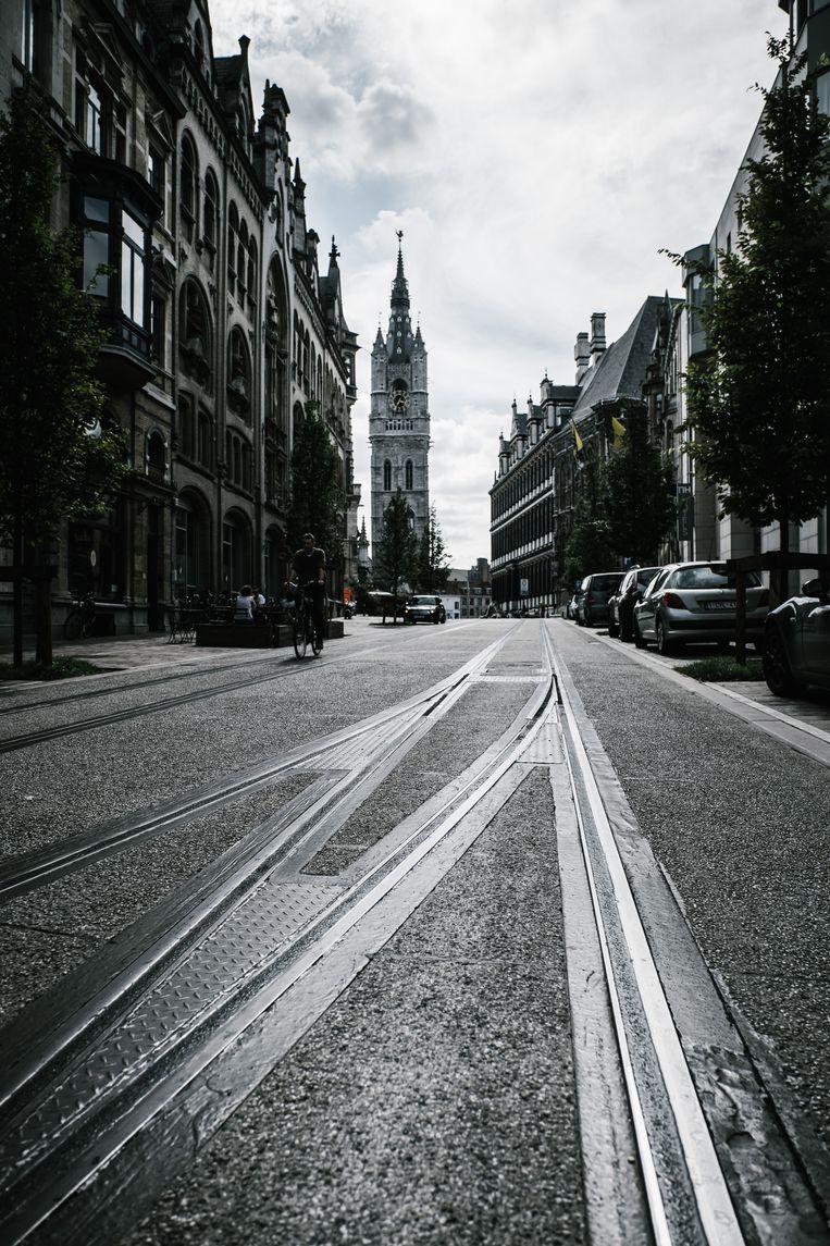 In de Belfortstraat zijn de tramsporen opgevuld om ze veiliger te maken voor fietsers. De rails liggen er al jaren ongebruikt te wachten op wat ooit Tram 3 moet worden. Beeld Wouter Van Vooren