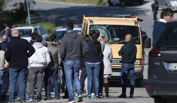 Mensen stromen toe na het verkeersongeluk, waarbij Michele Scarponi om het leven kwam.