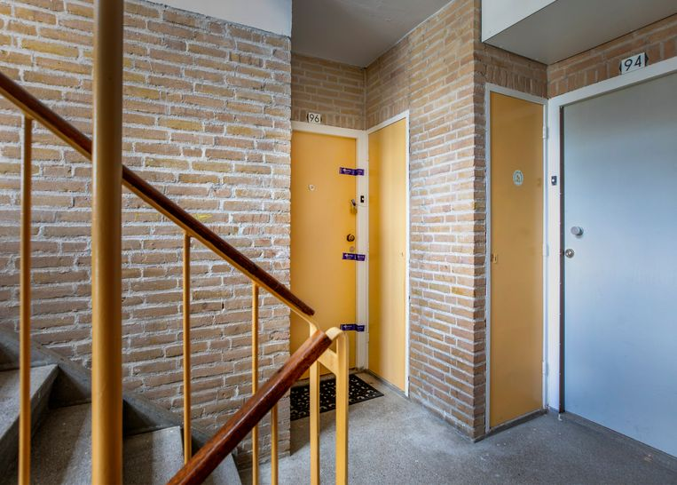 Een verzegelde deur bij de flat van de moeder van de hoofdverdachte.  Beeld ©Raymond Rutting Photography