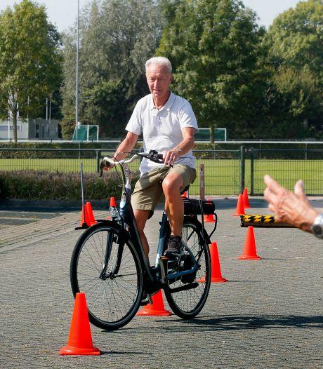 Gorcumse senioren leren 'doortrappen' tijdens gratis fietscursus om ongevallen te voorkomen