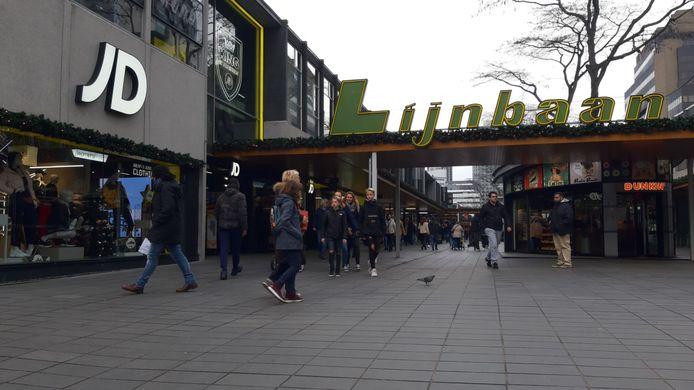 Winkelend publiek op de Lijnbaan in Rotterdam, bij het filiaal van JD Sports.