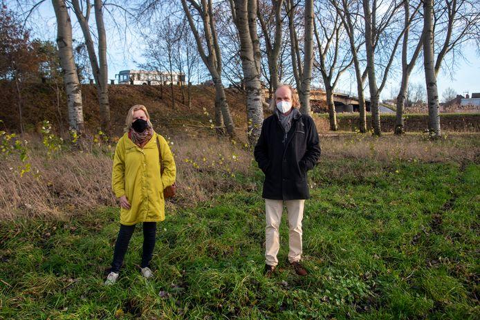 Schepenen Katrien Claus en Piet Van Heddeghem gaan een hondenlosloopweide inrichten op een terrein naast de Schelde in Wetteren.